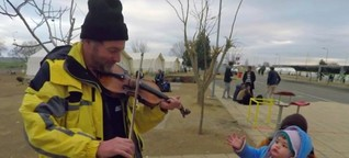 Dieser Marine spielt Geige für Flüchtlinge