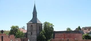 Kirchturm, Denkmal und Platz mit Historie