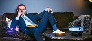 Jan Böhmermann testet Beamer und spricht über die Zukunft des Fernsehens