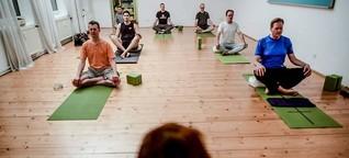 Zu Gast bei den Yoga-Männern