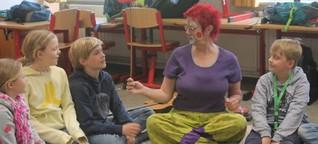 Spielerisches Lernen in Felm: Umweltclownin gibt Energie-Tipps
