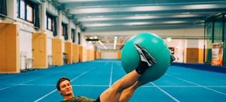 Pezziball-Workout mit Thomas Röhler: Kraft für Bauch und Rücken - FIT FOR FUN