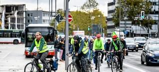 Fahrradfahrer zeigen Mängel auf der Wittener Straße auf