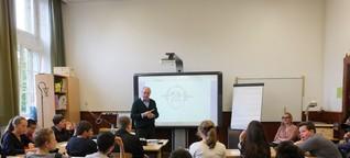 Karikaturist Dieter Hanitzsch zeichnet mit Schülern: Workshop am Hermann-Böse-Gymnasium