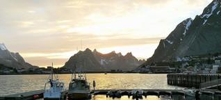 Mitten in der Nacht flutet Licht den Fjord