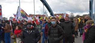 """""""Querdenker"""" demonstrieren länderübergreifend gegen Corona-Einschränkungen"""