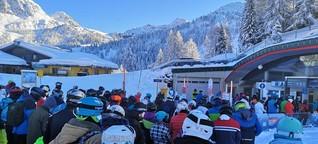 Skifahren in Österreich: Wer mit dem Sessellift nach oben will, muss in die Menschenmasse