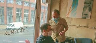 Im Café Kosmos: Kostenlose Haarschnitte für Stammgäste