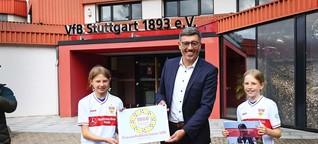 Frauenfußball beim VfB Stuttgart: Zwei Mädchen übergeben Petition an VfB-Präsident Claus Vogt